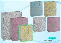 """Пакет бумажный подарочный """"Цветы на фоне"""" (в ассортименте; 23x18x10 см; арт. МС-3056)"""